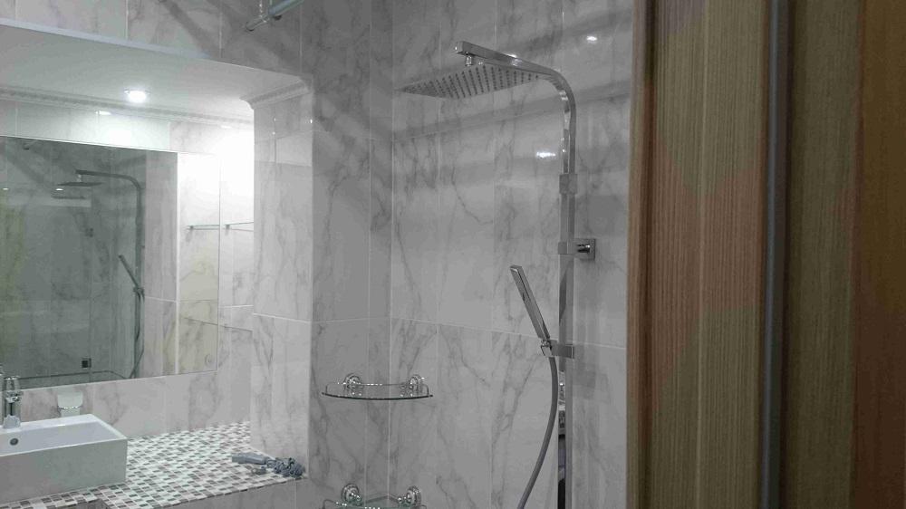 Фото ремонта совмещённого санузла: тропический душ
